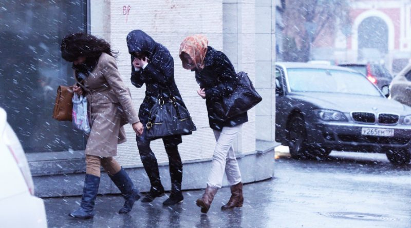 В Москве пошел снег – ВИДЕО