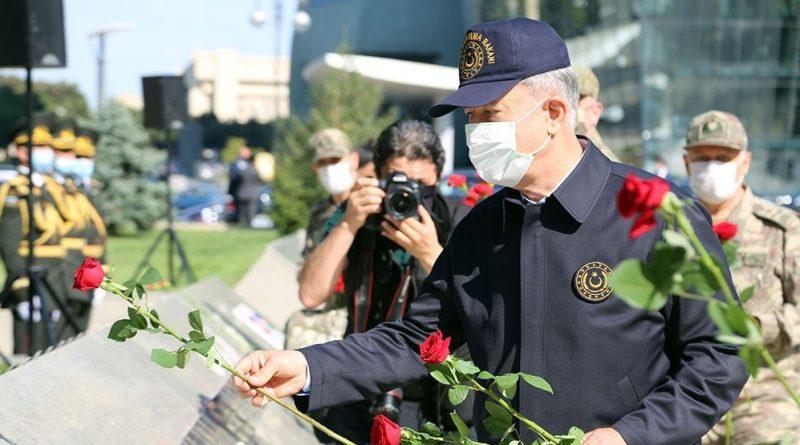Главы минобороны посетили Аллею почетного захоронения и Аллею шехидов – ФОТО