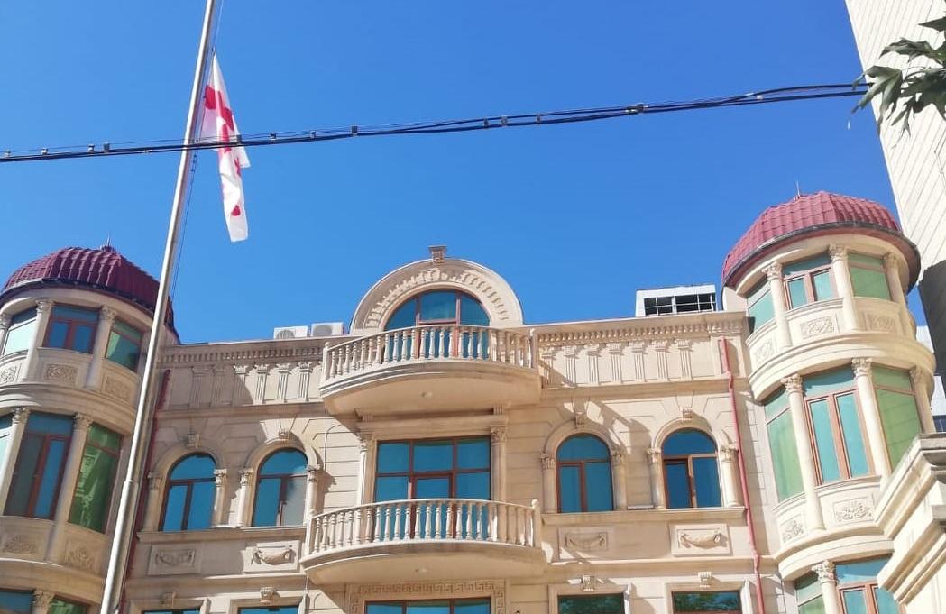 Gürcüstan səfirliyinin binasında dövlət bayrağı endirildi - FOTO