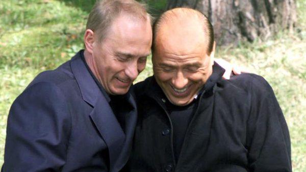 Появилась ФОТОГРАФИЯ подаренного Берлускони Путину покрывала