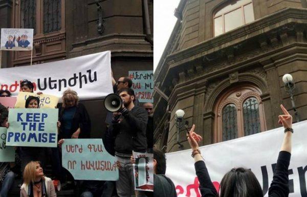 Aksiyada erməni polisindən qadınlara biabırçı davranış – FOTO (18+)