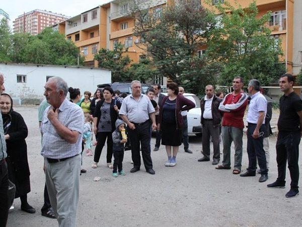 İki binanın sakinləri etiraza qalxdı – VİDEO/FOTO